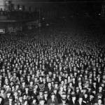 Old black and white picture of 1000's of people